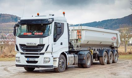 weißer IVECO Transport-LKW