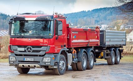roter Actros Transport-LKW mit Anhänger